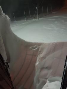 Βράδυ Παρασκευής ισχυτοί βδ άνεμοι (εξαιτίας της οριζόντιαςβαροβαθμίδας που δημιουργεί το χαμηλό) και ισχυρή χιονοθύελλα δημιουργούν τεράστια ανεμοσούρια